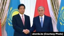 Президент Казахстана Касым-Жомарт Токаев (справа) и председатель постоянного комитета Всекитайского собрания народных представителей Ли Чжаньшу.