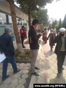 Люди стоят в очереди возле филиала «Агробанка» в Чартакском районе Наманганской области, 7 апреля 2020 года.