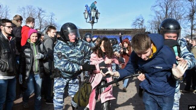 Мәскәү полициясе коррупциягә каршы чыгучыларны тоткарлый