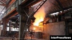 Металлурги у входа на завод «Геркулес» начали собираться к восьми часам утра