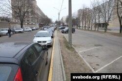 Вуліц Гікалы: платная паркоўка (справа) пустуе, а вакол яе прыпаркаваныя машыны.