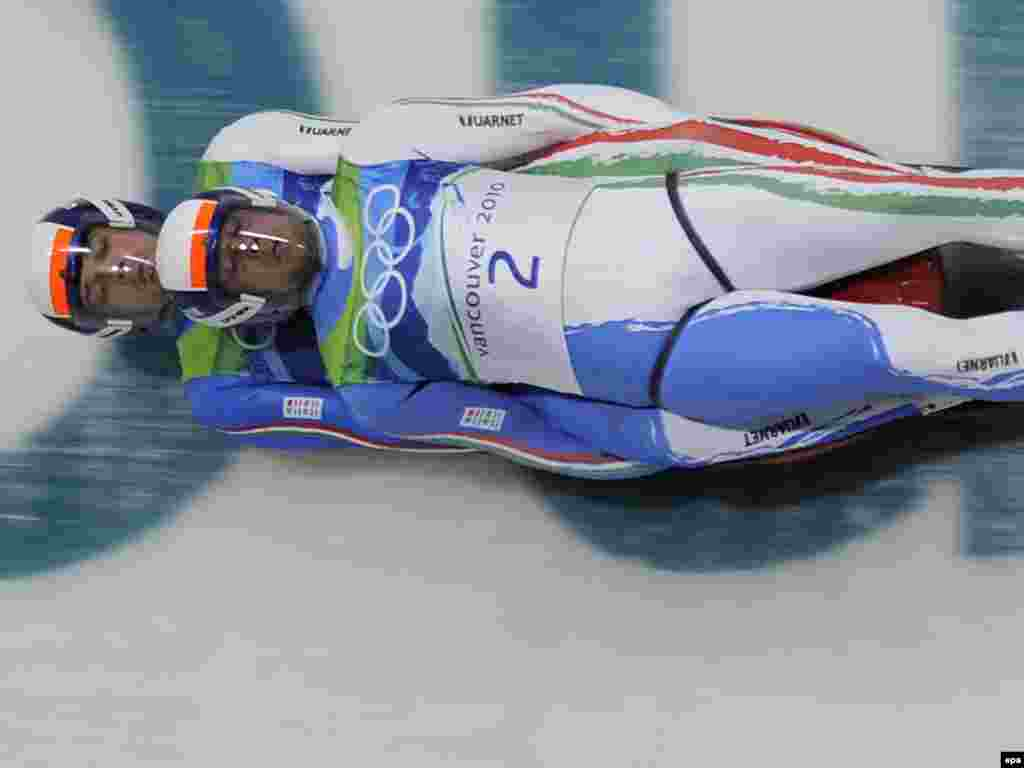لوژ سواران تیم ایتالی - Caption: epa02039109 Christian Oberstolz (T) and Patrick Gruber (B) of Italy take a curve en route to a fourth place finish in the doubles Luge competition at the Vancouver 2010 Olympic Games in Whistler, Canada 17 February 2010. EPA/MATT CAMPBELL
