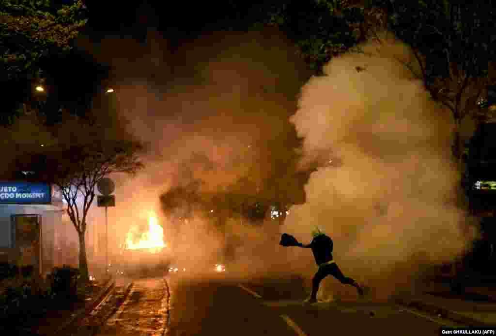 Падпаленыя аўтамабілі падчас антыўрадавых пратэстаў у сталіцы Альбаніі Тыране 13 красавіка.