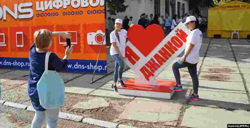 На городском празднике национальные общины райцентра, в том числе украинская, представили изделия прикладного художественного и декоративного искусства, а также угощали блюдами национальной кухни