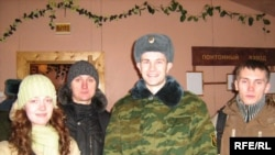 Зьміцер Жалезьнічэнка ў казарме разам з дэмакратычнымі актывістамі, якія прыехалі да яго ў адведкі