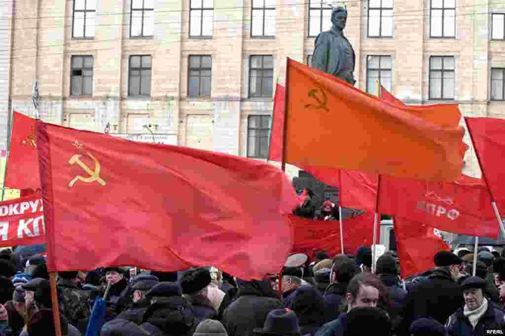 Обилие красного цвета - основной признак коммунистического мероприятия