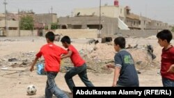 طلبة يمضون اوقات فر اغهم في شوارع البصرة