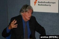 "Андре Глюксманн выступает на ""Форуме-2000"" в Праге, 2005 год"