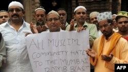 Мумбайдағы террористік шабуылды айыптап, құрбандарға дұға етіп тұрған үндістандық мұсылмандар. Ахмадабад, 14 шілде 2011 жыл