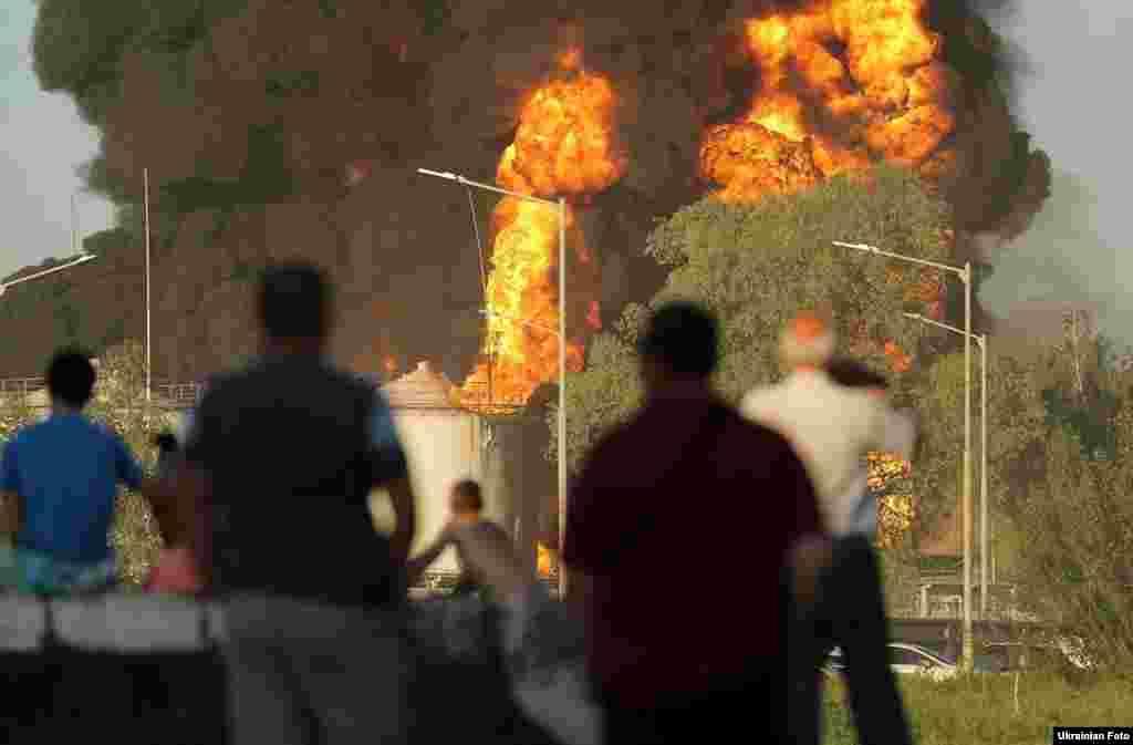Місцеві жителі спостерігають за пожежею