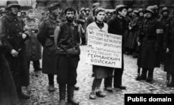 Az első nyilvános kivégzés a német hadsereg által megszállt Minszkben, 1941. október 26-án. Kirill Trusz, Maria Bruszkina és Vlagyimir Scserbacevics ellen az volt a vád, hogy partizánként német csapatokra lőttek