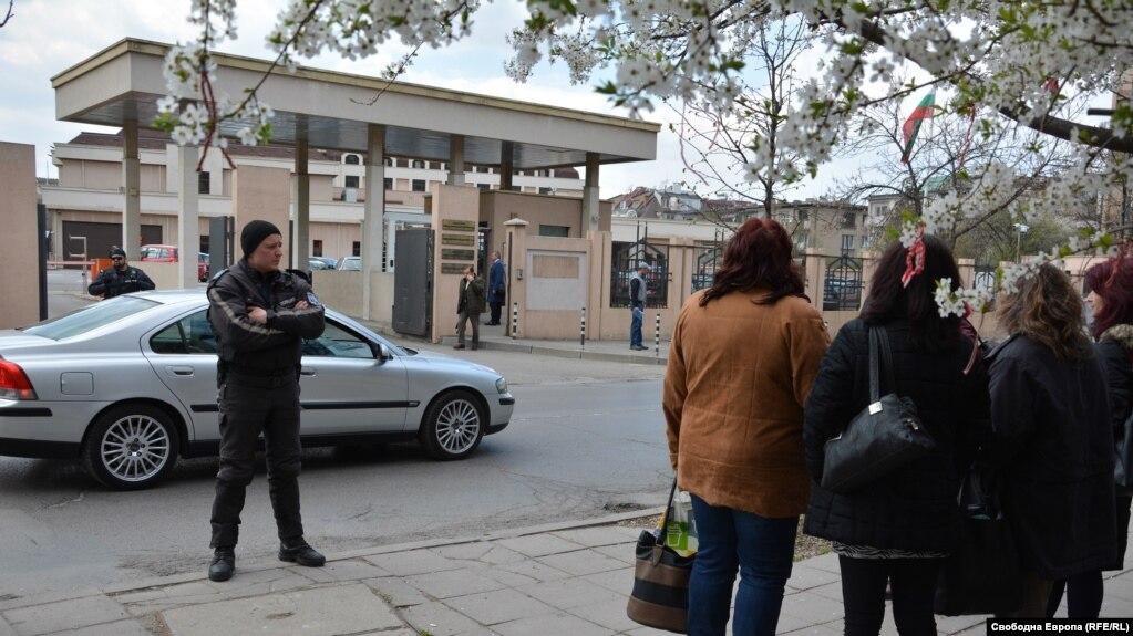 """Полицията охранява спецсъда от дошлите от Русе служители в """"Дунарит""""."""
