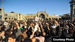 Ирандын чар тарабынан келген жарандар Улуу Аятолла Хосейн Монтазерини түбөлүк сапарга узатуу тажиясында. Шииттердин ыйык Кум шаары. 21-декабрь 2009