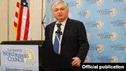 Глава МИД Армении Эдвард Налбандян выступает с речью в политологическом центре «Совет мировых проблем», Лос-Анджелес, 24 сентября 2012 г. (Фотография - пресс-служба МИД Армении)