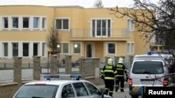Пожарные осматривают резиденцию палестинского посла, погибшего при взрыве сейфа