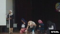 Студенттер аракечтик тууралуу сахналаштырылган спектакль тартуулашты.