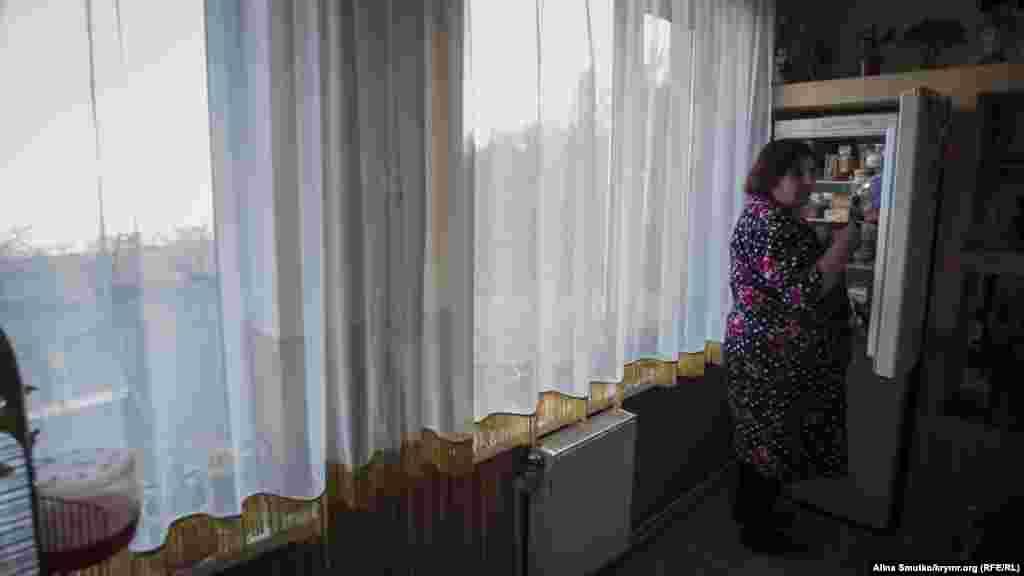 Азры на кухне. На холодильние в доме Джеппаровых открытка с Джамалой, магнитики из Киева, Кропивницкого и Стамбула