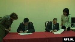 Бейбітшілік корпусы өкілі мен Қырғызстан денсаулық сақтау министрі Түсіністік меморандумына қол қойып жатыр. Бішкек, 4 мамыр 2007 жыл.