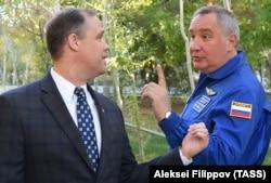 Глава NASA Джим Брайденстайн (слева) и руководитель Роскосмоса Дмитрий Рогозин. Байконур, 10 октября 2018 года.