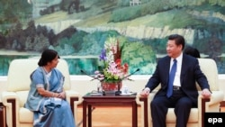 Кытай президенти Индиянын тышкы иштер министри Сушма Свараджды кабыл алган учур. Бээжин, 2-февраль, 2015-жыл.