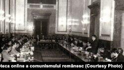 Ceaușescu supraveghea permanent cele șapte arte și nouă muze, principalele sale instrumente propagandistice.În foto, întâlnirea la CC cu cadre și activiști de partid din cinematografie. (5 martie 1971). Sursa Fototeca online a comunismului românesc; cota: 37/1971