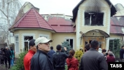 Сожженный дом изгнанного в результате народных волнений президента Кыргызстана Курманбека Бакиева. Бишкек, 8 апреля 2010 года.