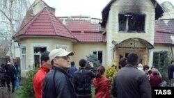 Бакиевдердин өрттөлүп, таланып-тонолгон бир үйү. Бишкек, 8-апрель, 2010.