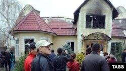Бакиевдерге тиешелүү таланып-тонолуп, өрттөлгөн үй. Бишкек, 8-апрель, 2010.