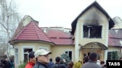 Kyrgyzstan -- People gather outside the burnt house of ousted president Kurmanbek Bakiev in Bishkek, 08Apr2010