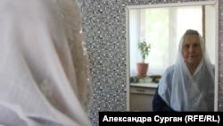 Гульшан перед дзеркалом у своєму будинку в Криму
