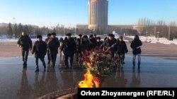 Желтоқсан және Жаңаөзен оқиғасы құрбандарын еске алуға жиналған адамдар. Астана. 17 желтоқсан, 2017 жыл.