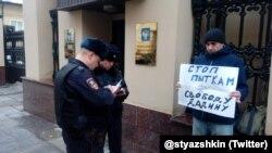 Участник пикета в поддержку Ильдара Дадина в Москве