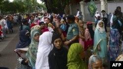 داکا - صف انتظار برای بازرسی بدنی پیش از ورود به محل برگزاری نماز عید فطر