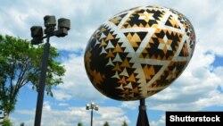 Ілюстраційне фото. Скульптура української писанки у канадському місті Веґревіль