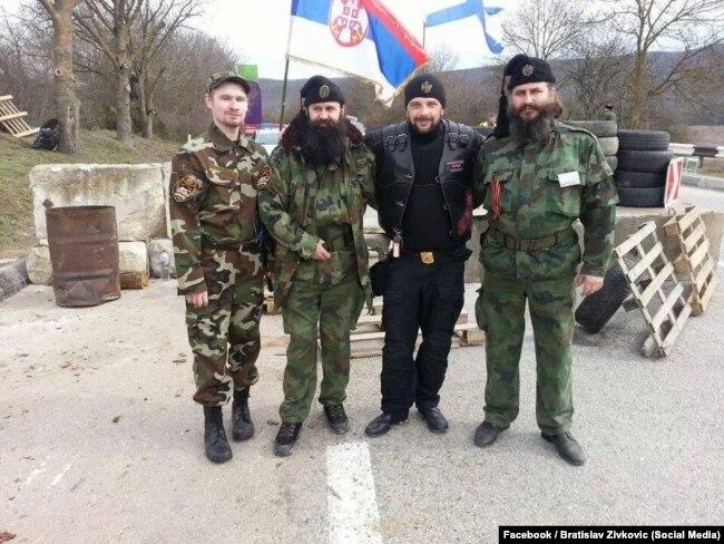 Братислав Живкович (2-й л) з іншими прибульцями з Сербії, як виглядає, на блокпості у Криму, 2014 рік