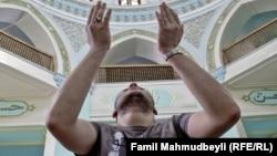 Мусульманин, проводящий молитву в мечети