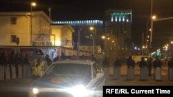 Ղազախստանի ոստիկանները շրջապատել են հյուրանոցի կառուցման շրջանը, որտեղ բախվել են հնդիկ և ղազախ շինարարները, Աստանա, 2 սեպտեմների, 2017թ.