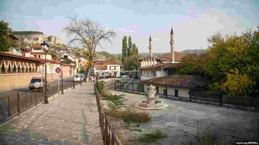 Серце старого міста – Ханський палац, єдиний у світі зразок кримськотатарської палацової архітектури. Поруч з ним – Велика Ханська мечеть, одна з найбільших на півострові