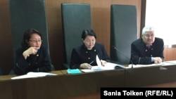 Судья Сандугаш Сулейменова, председатель коллегии по уголовным делам Атырауского областного суда Татти Уалиева, судья Матен Ергазиев. Атырау, 15 марта 2017 года.