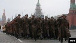 Військові курсанти в історичних одностроях на параді в Москві, 5 листопада 2014 року