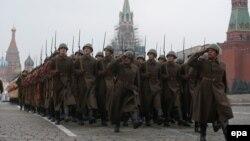 Військові курсанти в історичних одностроях на параді у Москві, 5 листопада 2014 року