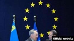 Қазақстан Президенті Нұрсұлтан Назарбаев (сол) пен Еуропалық Одақтың сыртқы саясат жөніндегі жоғарғы өкілі Ховьер Солана Брюссельдегі жиында. 06 желтоқсан 2006 ж.