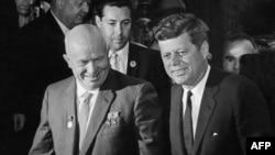Советский лидер Никита Хрущев и президент США Джон Кеннеди на переговорах «Восток-Запад». Вена, 3 июня 1961 года.