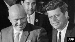 """СССР жетекшісі Никита Хрущев (сол жақта) пен АҚШ президенті Джон Кеннеди """"Шығыс-Батыс келіссөздерінде"""". Вена, 3 маусым 1961 жыл."""