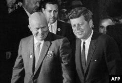 Никита Хрущев (солдо) менен Жон Ф. Кеннеди. Вена ш., Австрия. 3-май, 1961-жыл.