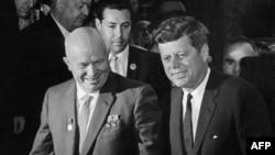 Советский лидер Никита Хрущев (слева) и президент США Джон Фитцджеральд Кеннеди, 3 июня 1961