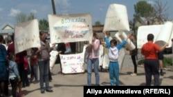 Акция протеста в городе Есик. Алматинская область, 1 мая 2013 года.