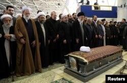رهبر جمهوری اسلامی به هنگام برگزاری نماز میت بر جنازه اکبر هاشمی رفسنجانی