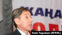 "Сопредседатель ОСДП ""Азат"" Болат Абилов на съезде партии. Алматы, 12 февраля 2011 года."