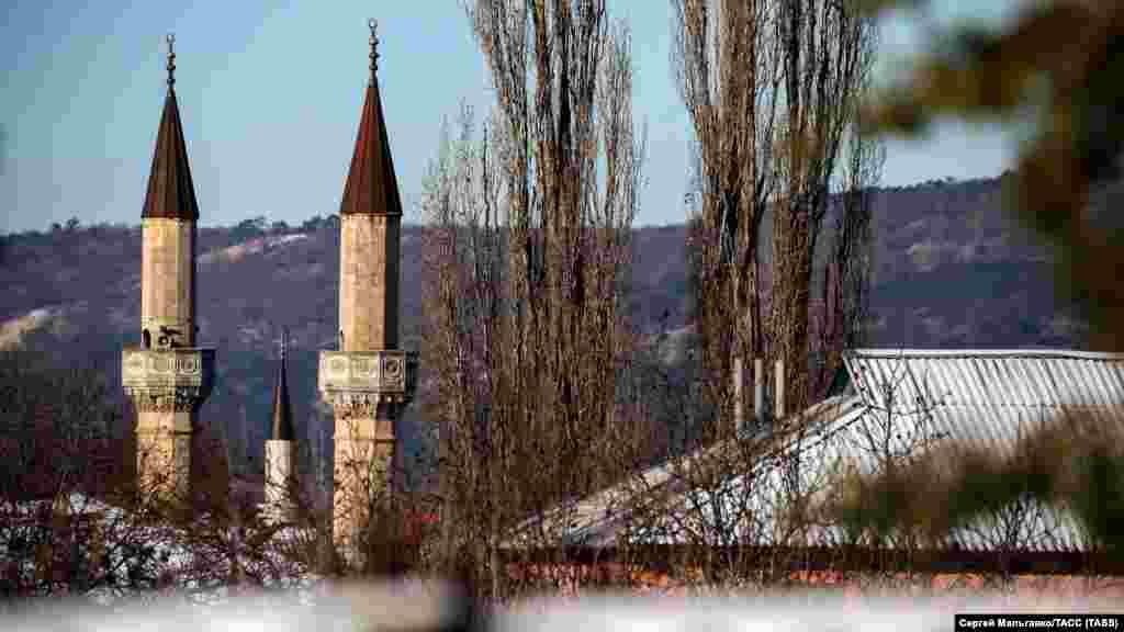 Минареты мечети Ханского дворца в Бахчисарае